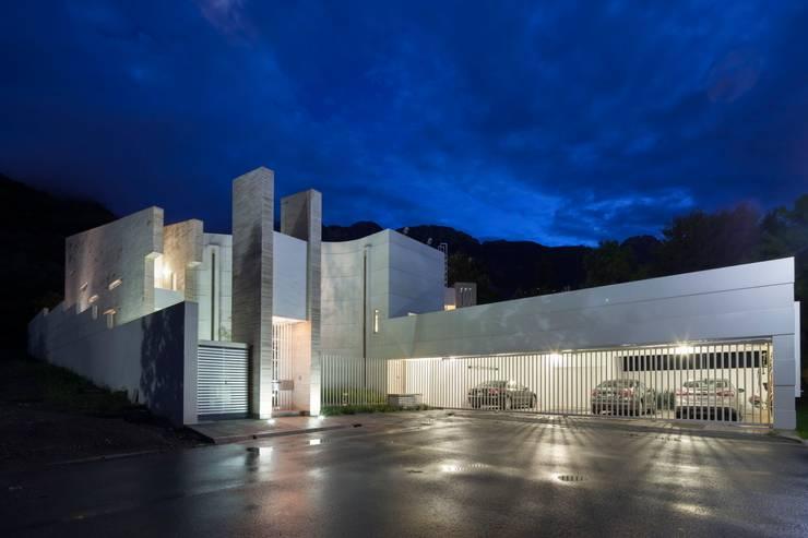 Acceso Principal y cochera: Casas de estilo  por PLADIS