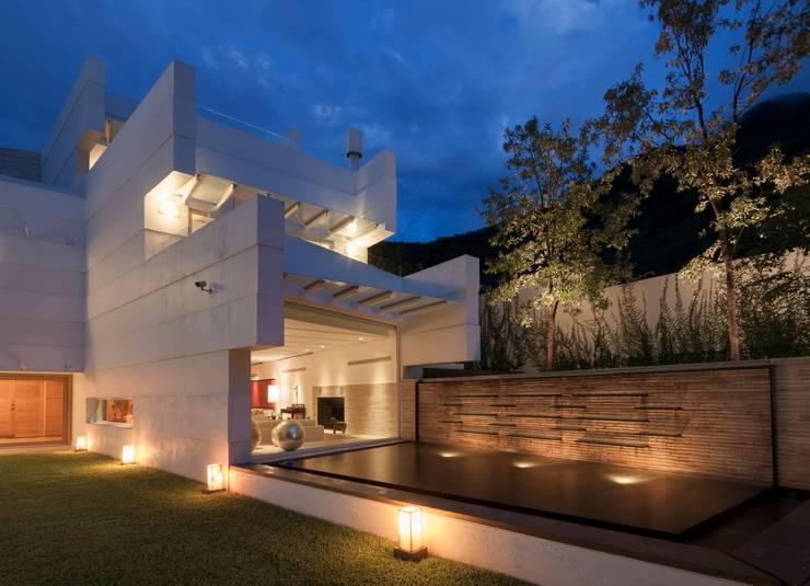 Vista de Patio hacia espejo de agua y Terrazas: Casas de estilo moderno por PLADIS