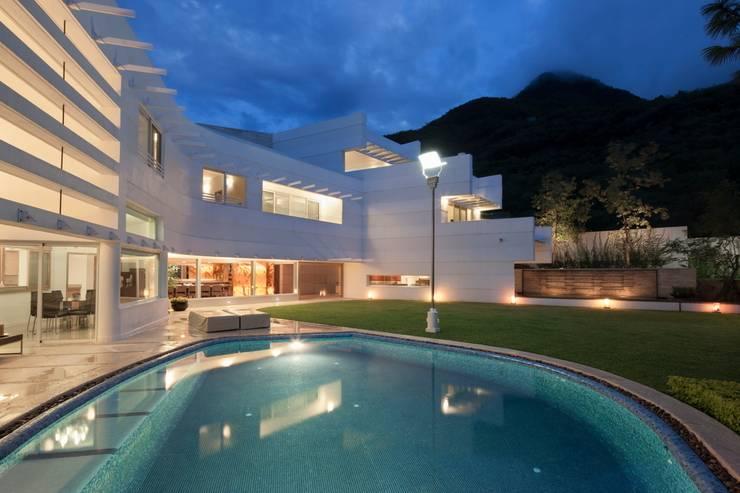 Detalle en Alberca : Casas de estilo  por PLADIS
