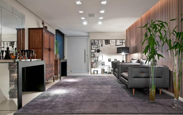 Casa Cond. Colinas de São Francisco: Salas de estar  por JOSIANNE MADALOSSO ARQUITETURA E INTERIORES