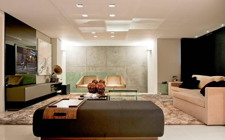 Casa Cond. Colinas de São Francisco: Salas de estar modernas por JOSIANNE MADALOSSO ARQUITETURA E INTERIORES