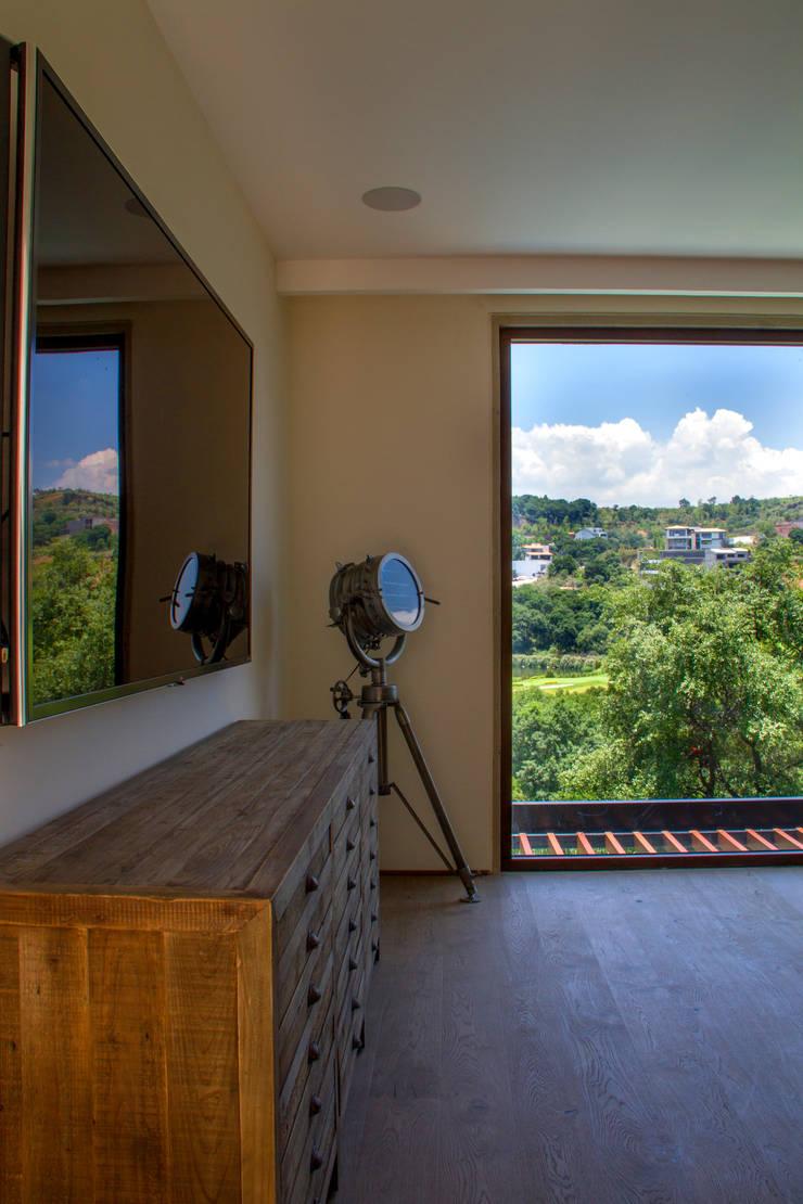 Casa 4 Puntos / Club de Golf BR: Salas multimedia de estilo  por Maz Arquitectos