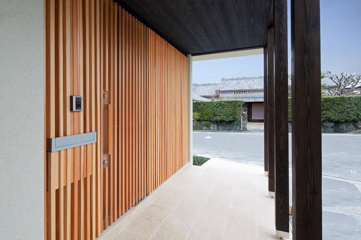 アプローチ: アーキシップス古前建築設計事務所が手掛けた家です。,モダン
