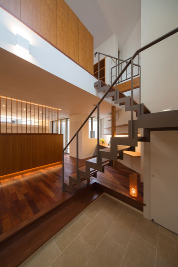 玄関吹き抜け: アーキシップス古前建築設計事務所が手掛けた廊下 & 玄関です。,モダン