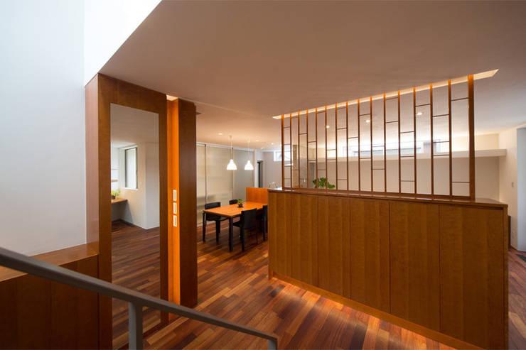 玄関ホール: アーキシップス古前建築設計事務所が手掛けた廊下 & 玄関です。,モダン