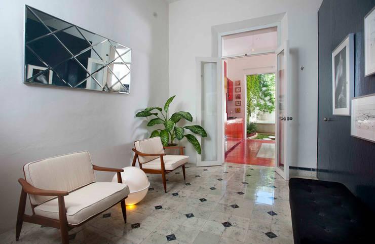 Casa Santiago 49: Pasillos y recibidores de estilo  por Taller Estilo Arquitectura