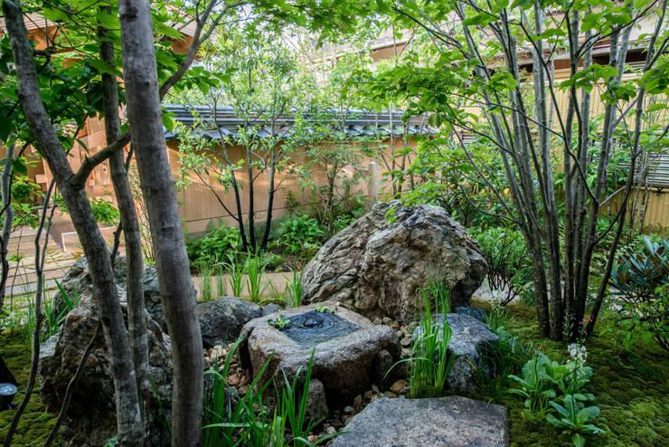 Jardines de estilo moderno de 株式会社近江庭園 Moderno