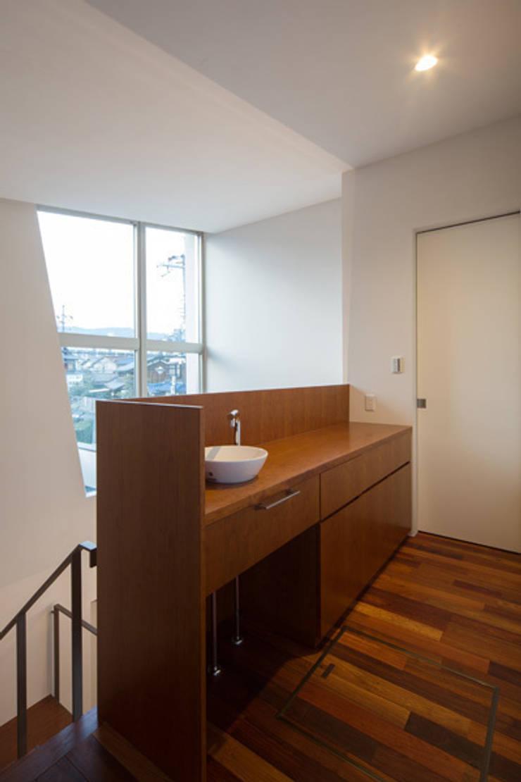 二階手洗い: アーキシップス古前建築設計事務所が手掛けた廊下 & 玄関です。,モダン