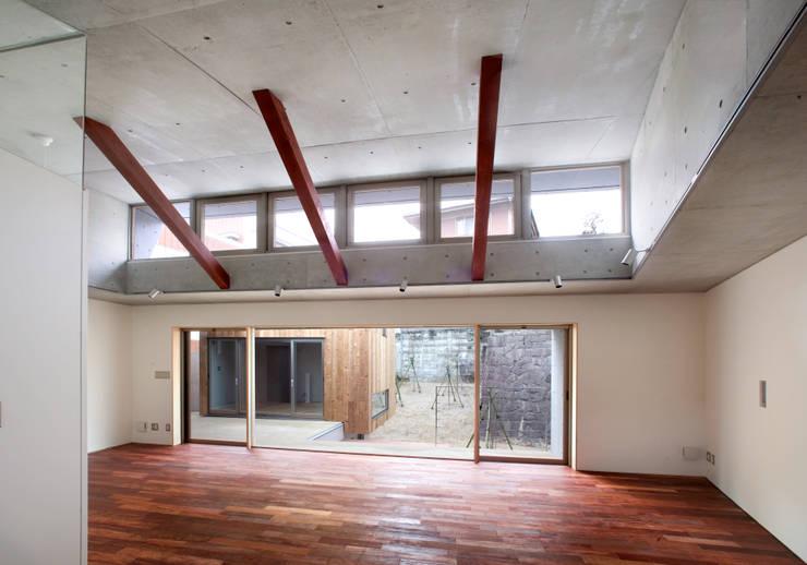 Wohnzimmer von かわつひろし建築工房, Modern