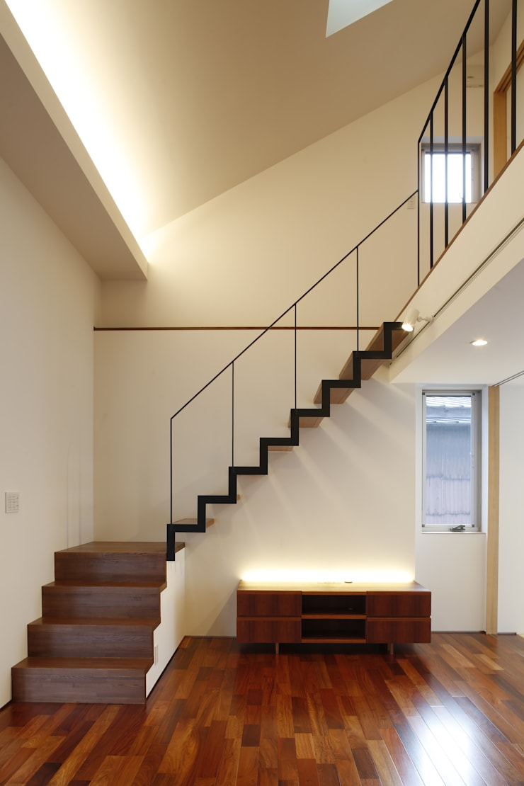 house-b: 株式会社山根一史建築設計事務所が手掛けたリビングです。