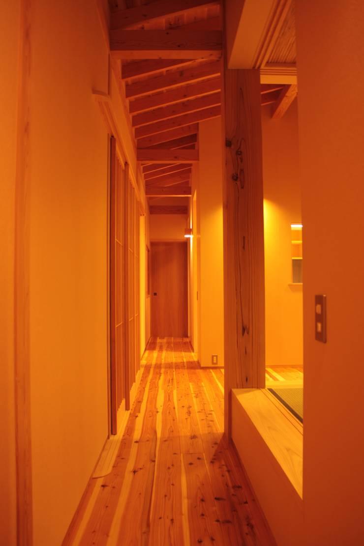 Flur & Diele von 一級建築士事務所 CAVOK Architects,