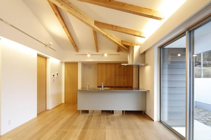 house-o: 株式会社山根一史建築設計事務所が手掛けたリビングです。