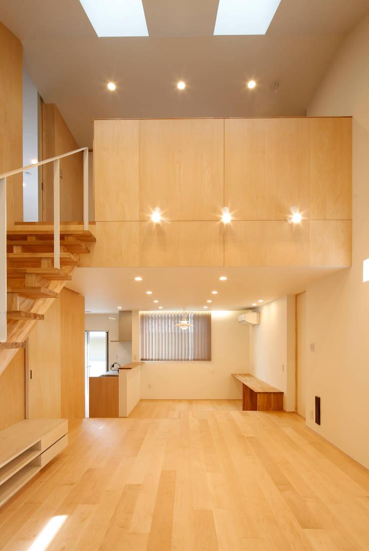 house-k: 株式会社山根一史建築設計事務所が手掛けたリビングです。