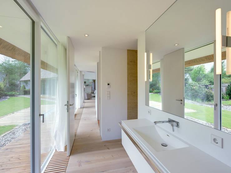 Banheiros modernos por Möhring Architekten