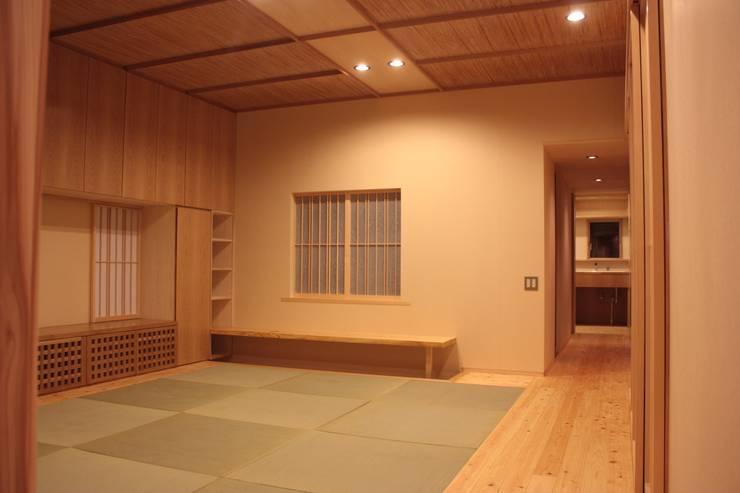 牟礼町の家: 一級建築士事務所 CAVOK Architectsが手掛けたリビングです。