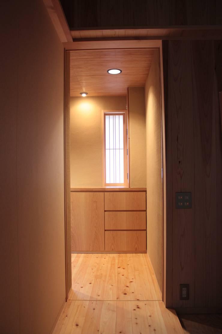 牟礼町の家: 一級建築士事務所 CAVOK Architectsが手掛けた廊下 & 玄関です。