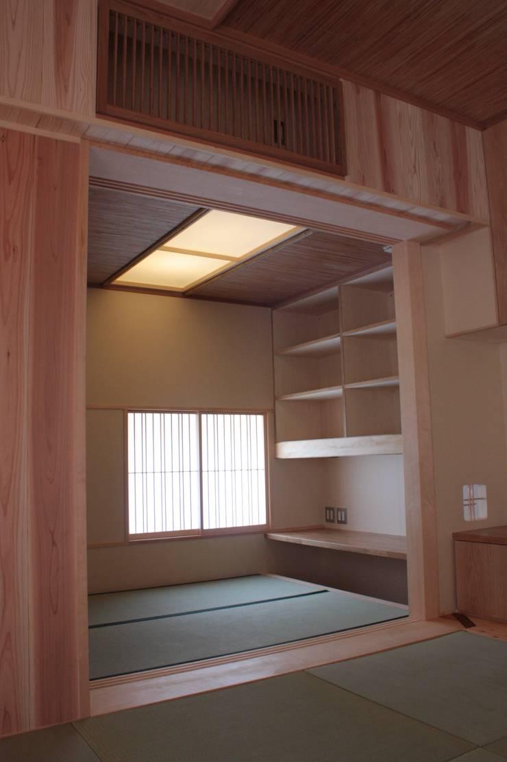 牟礼町の家: 一級建築士事務所 CAVOK Architectsが手掛けた書斎です。