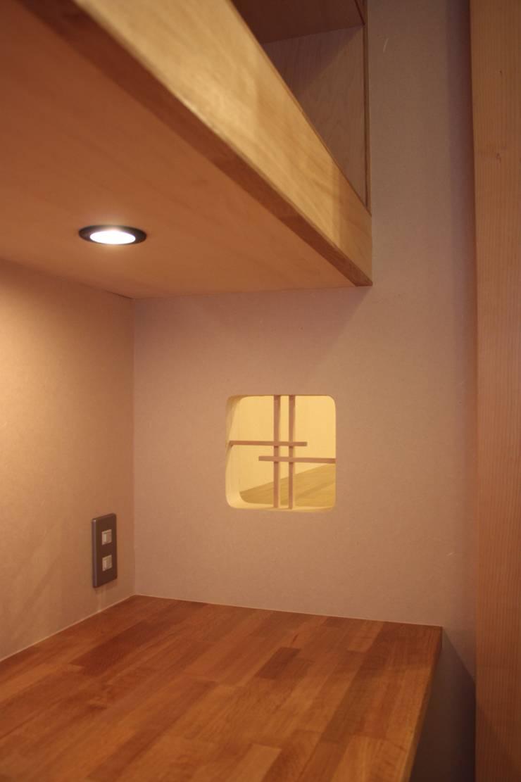 牟礼町の家: 一級建築士事務所 CAVOK Architectsが手掛けた窓です。