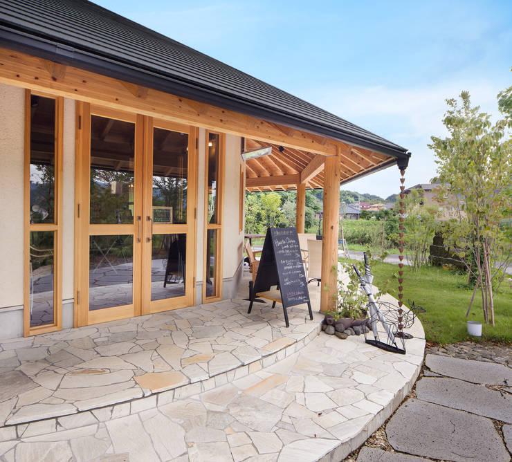 ひなた茶屋~雑木林の小さなカフェ~: 志賀建築設計室が手掛けたテラス・ベランダです。