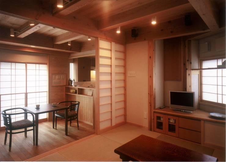 畳リビング01: 有限会社 光設計が手掛けたリビングです。