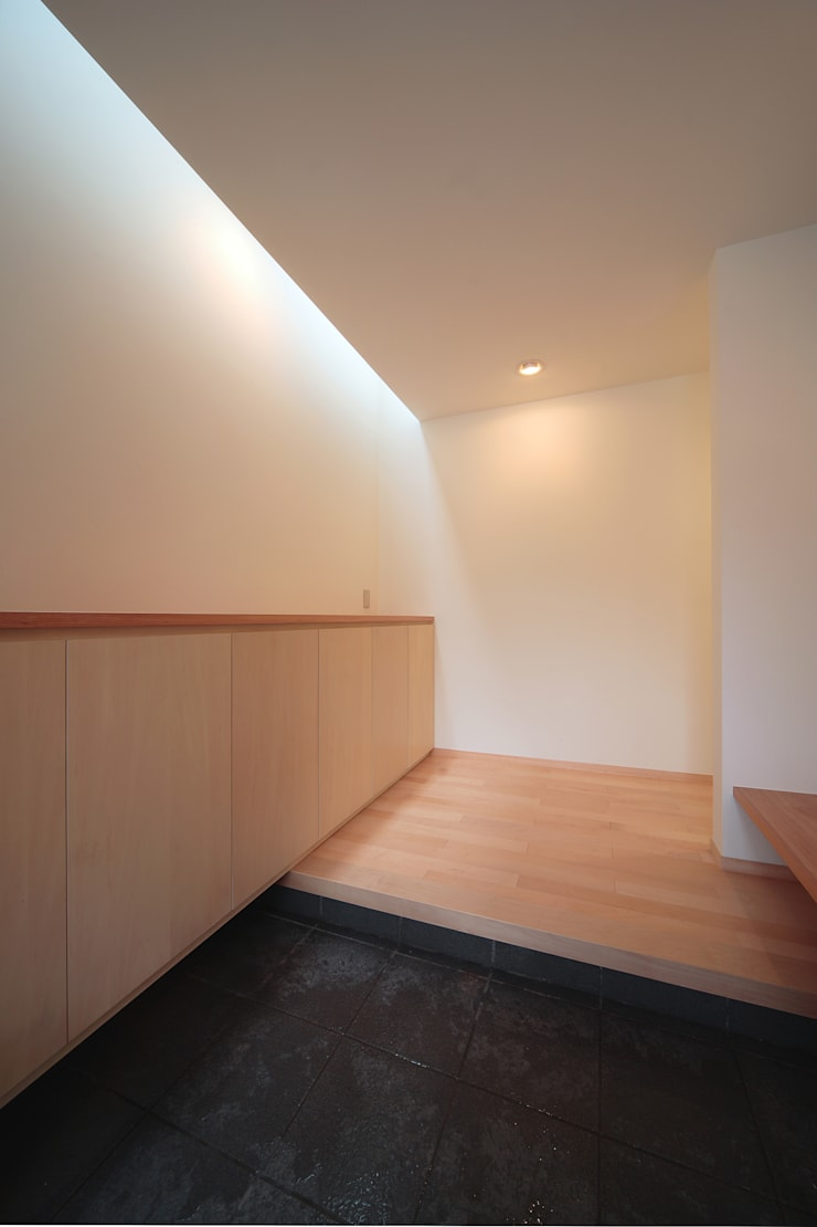 玄関: 堀内総合計画事務所が手掛けた廊下 & 玄関です。