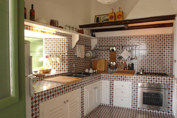 Casa di Panarea: Cucina in stile in stile Mediterraneo di Studio di Architettura Manuela Zecca
