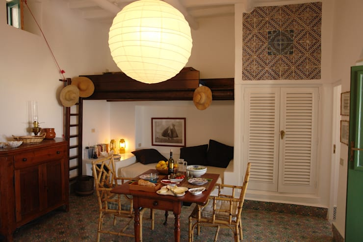 Casa di Panarea: Soggiorno in stile in stile Mediterraneo di Studio di Architettura Manuela Zecca