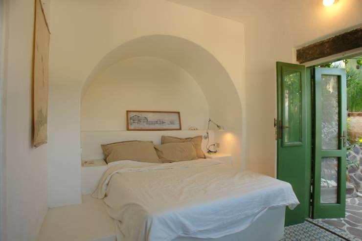 Casa di Panarea: Camera da letto in stile in stile Mediterraneo di Studio di Architettura Manuela Zecca