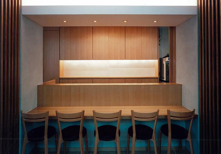 カウンター席: 堀内総合計画事務所が手掛けたレストランです。