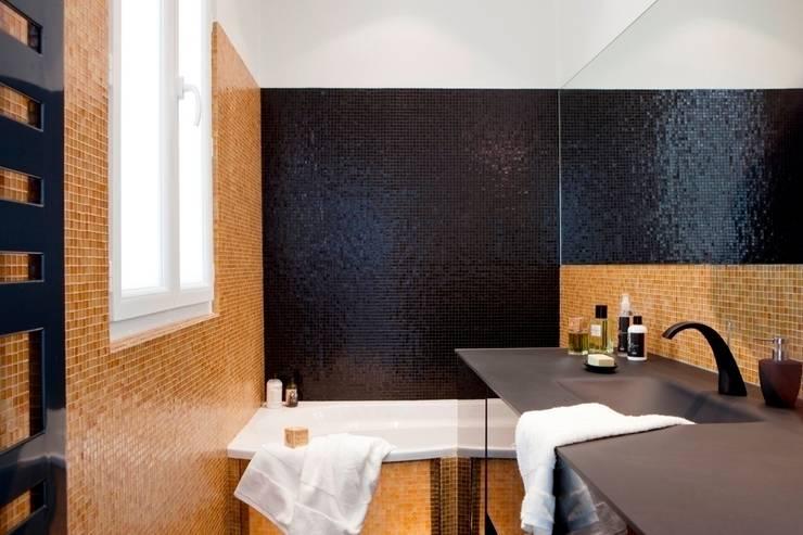 BOSQUET: Salle de bains de style  par URBAN D&CO