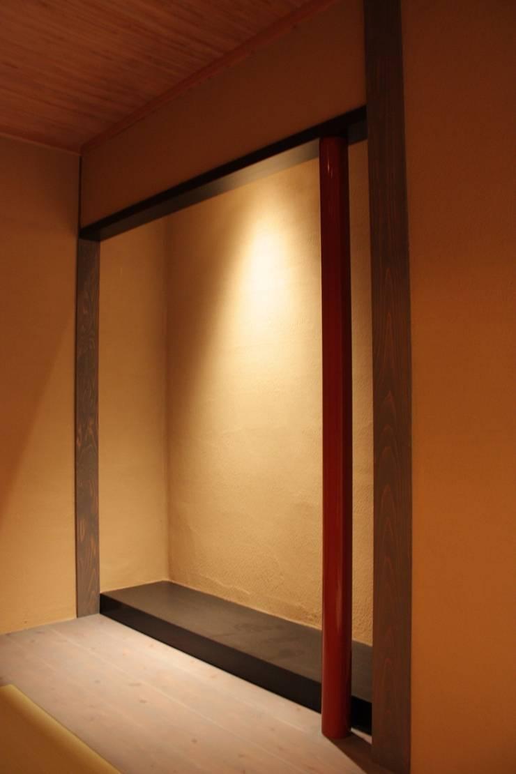 三条町の家: 一級建築士事務所 CAVOK Architectsが手掛けた寝室です。,モダン
