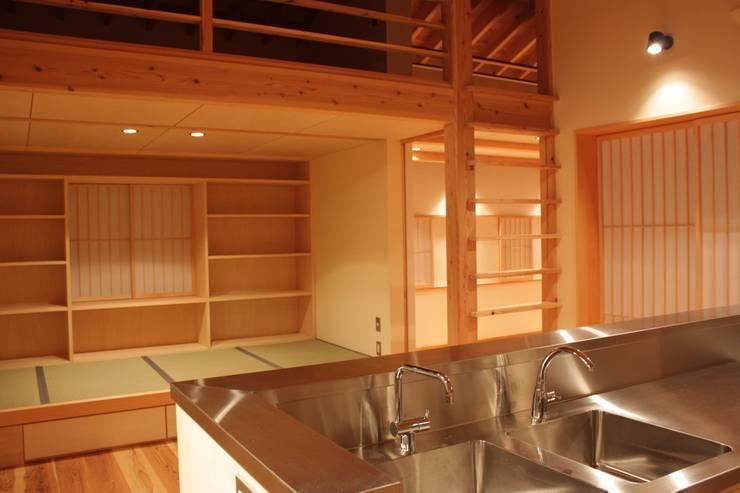 三条町の家: 一級建築士事務所 CAVOK Architectsが手掛けたダイニングです。,モダン