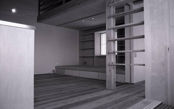 三条町の家: 一級建築士事務所 CAVOK Architectsが手掛けたリビングです。,モダン