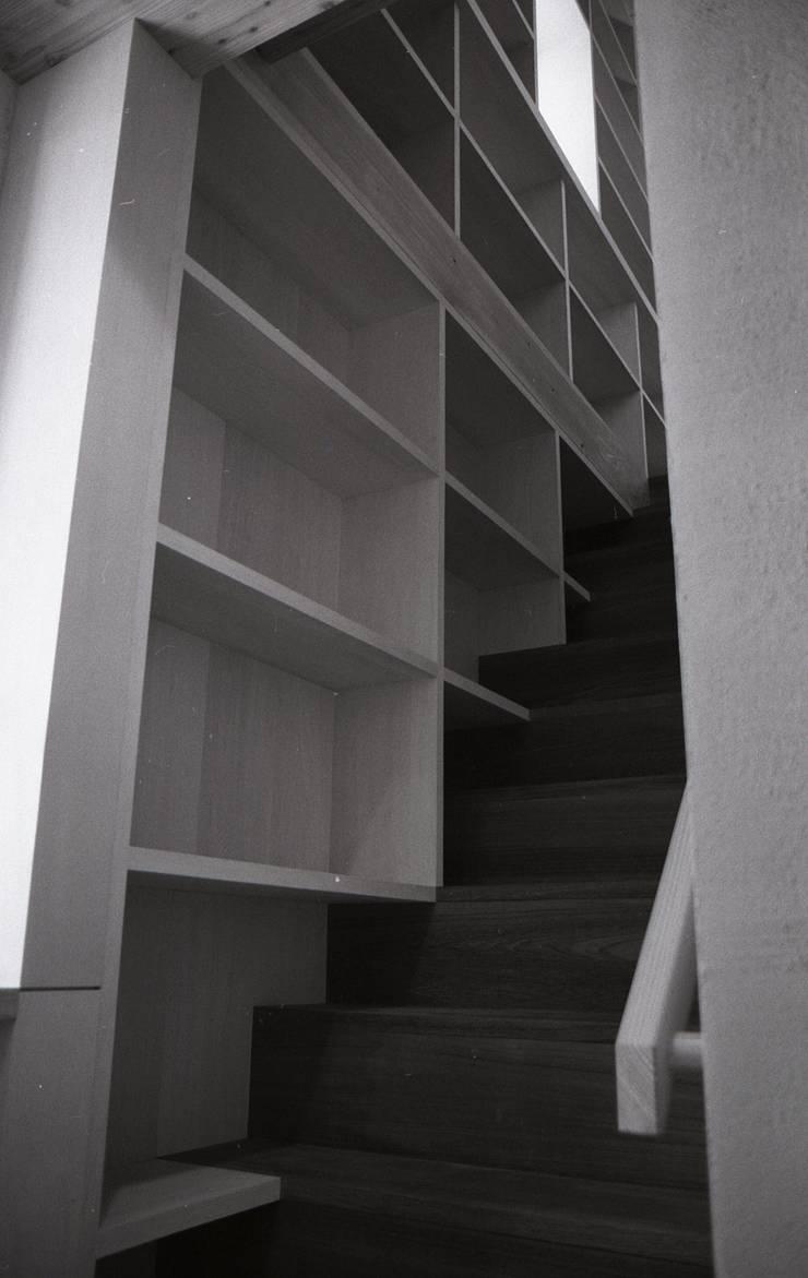 三条町の家: 一級建築士事務所 CAVOK Architectsが手掛けた廊下 & 玄関です。,モダン