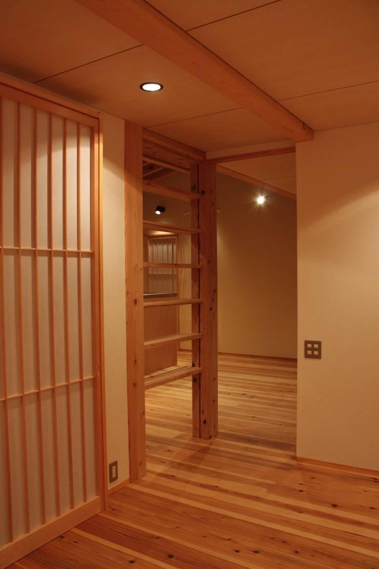 三条町の家: 一級建築士事務所 CAVOK Architectsが手掛けた子供部屋です。,モダン