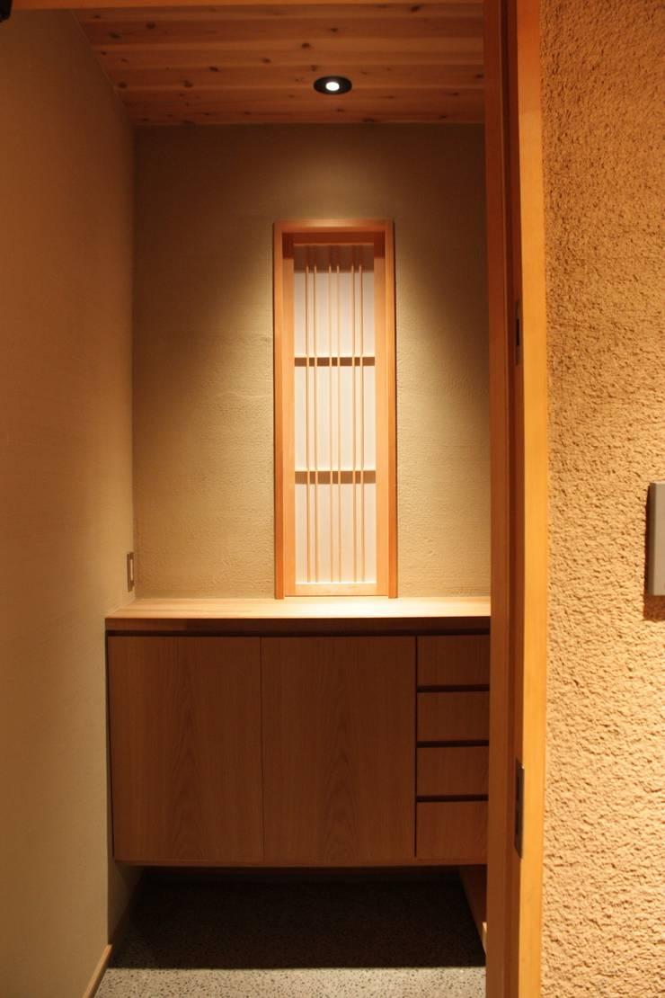 三条町の家: 一級建築士事務所 CAVOK Architectsが手掛けた窓です。,モダン