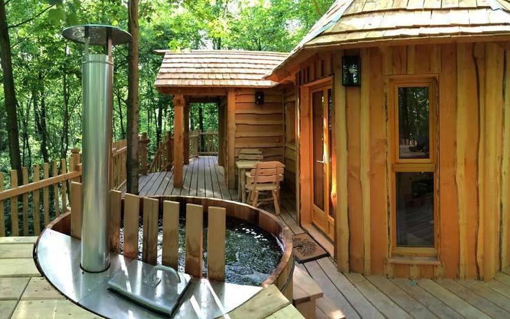 Letterlijk baden in luxe! In je eigen jacuzzi bij je boomhut.:  Hotels door TreeGo Boomhut Bouwers