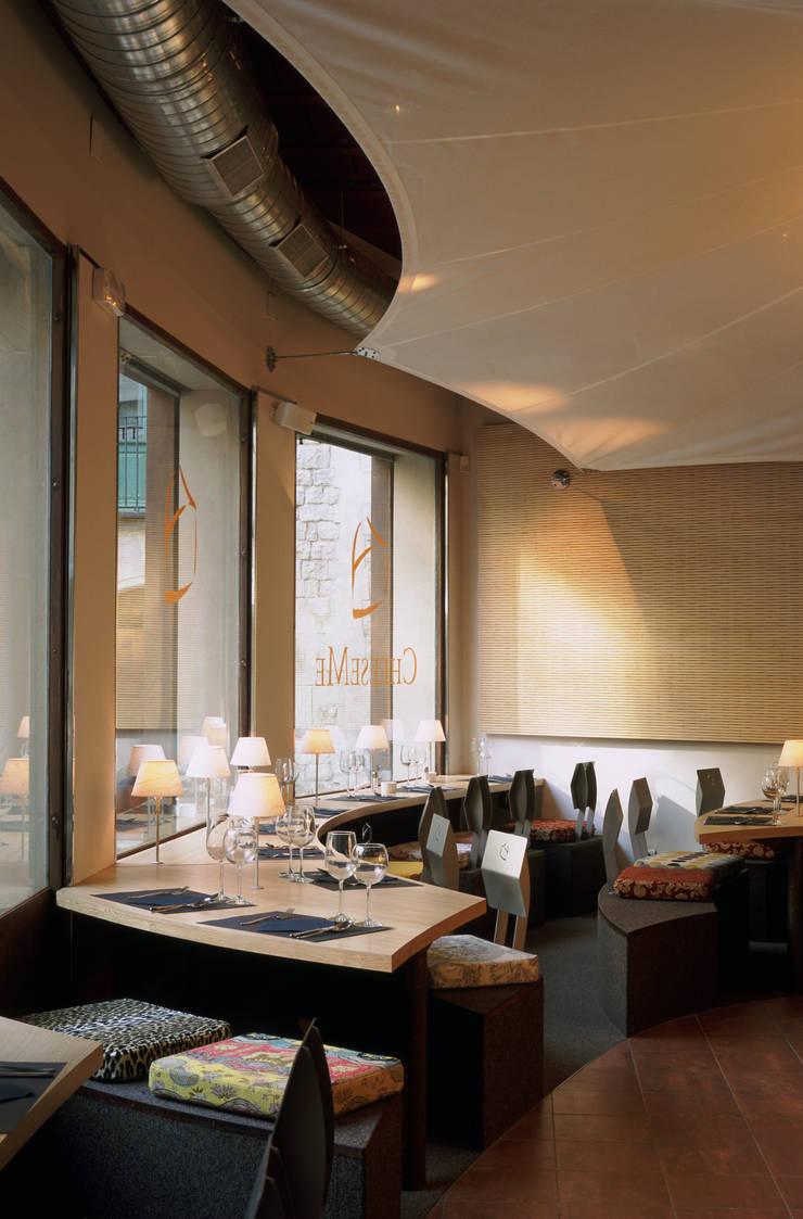 Cheeseme Restaurant - La planta baja con mesas de forma orgánica.: Locales gastronómicos de estilo  de Daifuku Designs