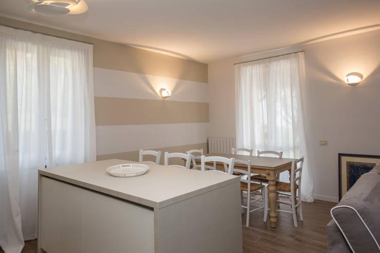 Un luogo dove potersi rilassare… … : Sala da pranzo in stile  di HP Interior srl