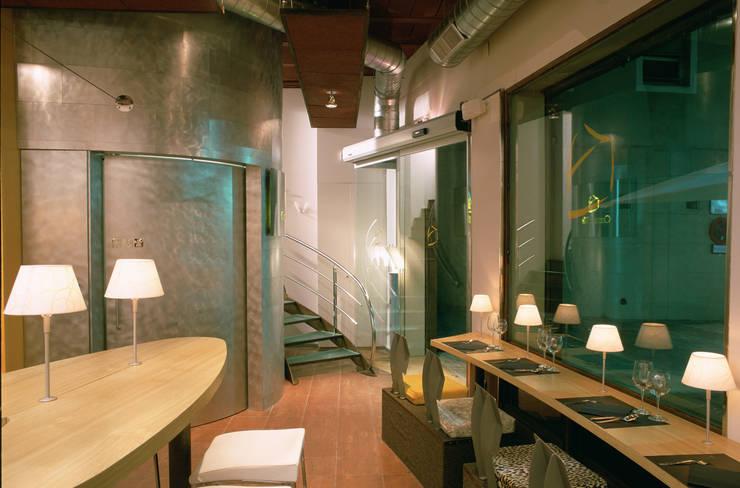 Cheeseme Restaurant - Planta baja. Al fondo, el aseo de forma circular. : Locales gastronómicos de estilo  de Daifuku Designs