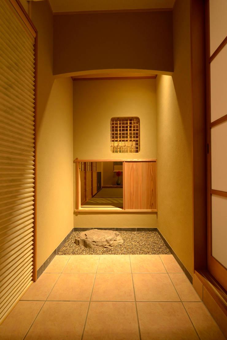 茶室「一期庵」: ATELIER IDEAが手掛けたリビングです。