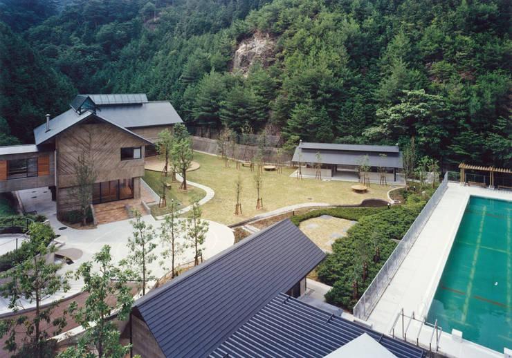 中庭まわり食堂・浴室棟、屋外炊事棟: 堀内総合計画事務所が手掛けた会議・展示施設です。