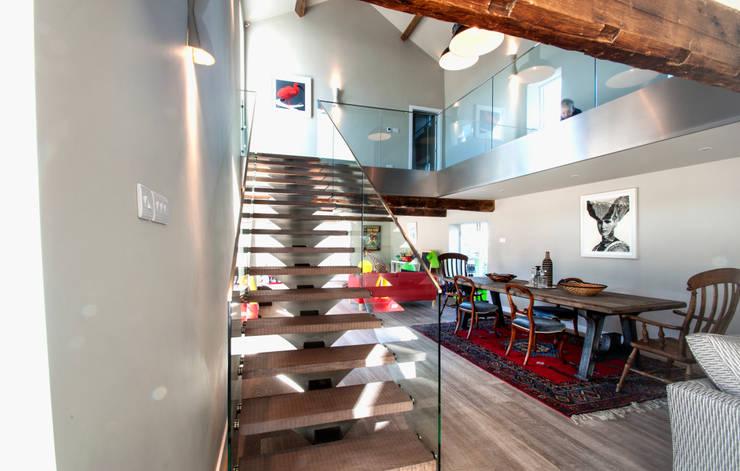 BIRCHENCLIFFE FARM:  Corridor & hallway by E2 Architecture + Interiors