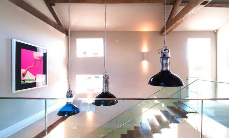 BIRCHENCLIFFE FARM 現代風玄關、走廊與階梯 根據 E2 Architecture + Interiors 現代風