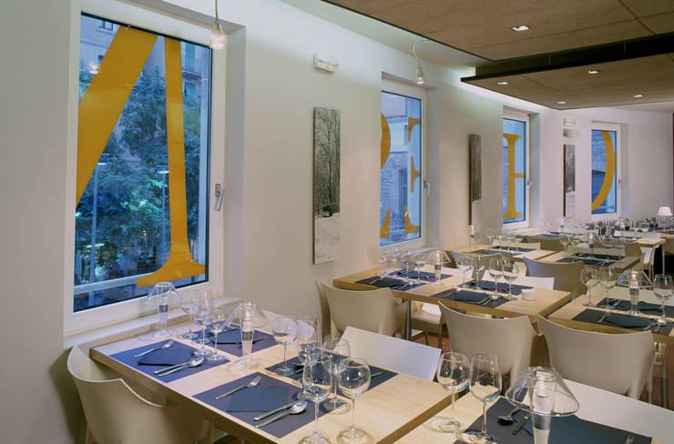 Restaurante Cheeseme - planta alta mirando hacia las ventanas: Locales gastronómicos de estilo  de Daifuku Designs