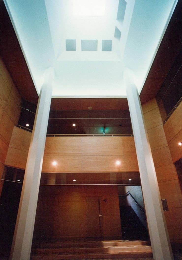 ホール: 堀内総合計画事務所が手掛けた会議・展示施設です。