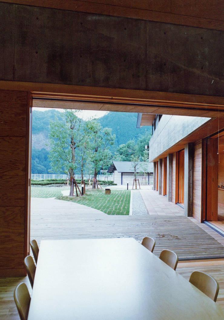 食堂より屋外デッキをみる: 堀内総合計画事務所が手掛けた会議・展示施設です。