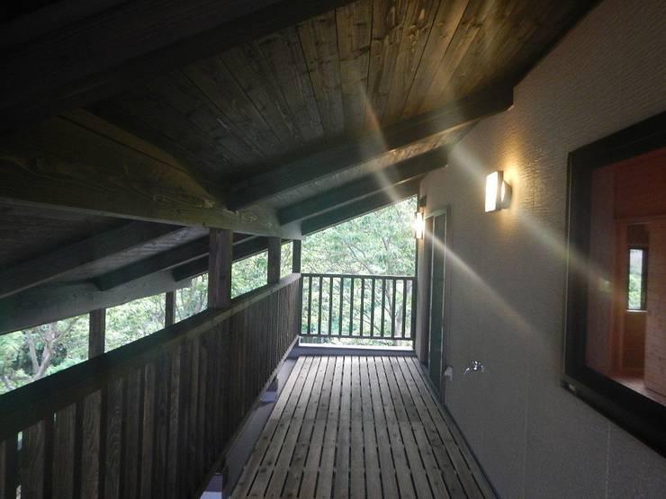 深い軒の家: 志賀建築設計室が手掛けたテラス・ベランダです。