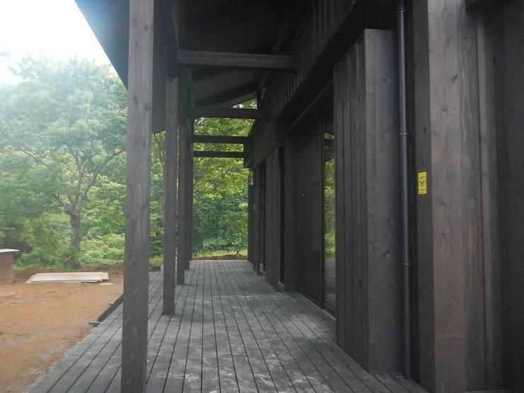 深い軒の家: 志賀建築設計室が手掛けたベランダです。