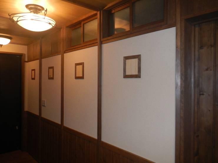 深い軒の家: 志賀建築設計室が手掛けた廊下 & 玄関です。